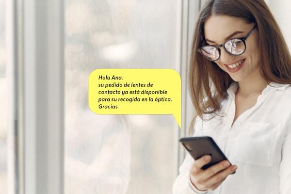 mujer recibiendo un sms marketing